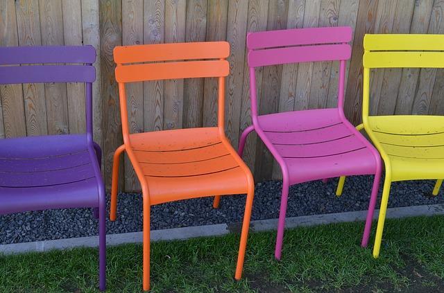 židle u plotu