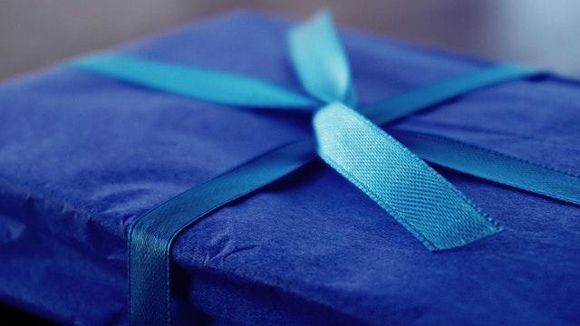 papírová krabice – dárek se stužkou.jpg